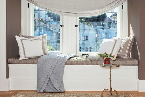 Chỉ cần đặt một chiếc ghế sofa bên cạnh cửa sổ phòng khách như thế này cũng đã đủ ấm cúng