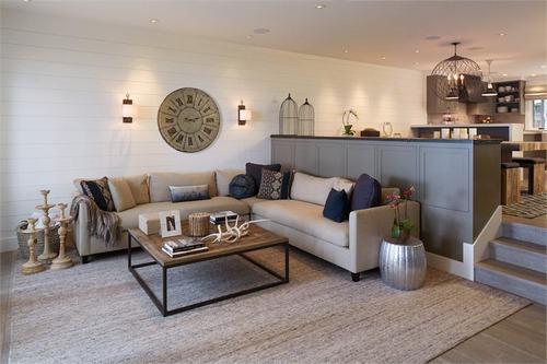Hãy thử đặt ghế sofa với nhiều gối ném và chăn vào không gian như này, đó là cách đơn giản nhất để tạo nên một phòng khách thực sự thoải mái