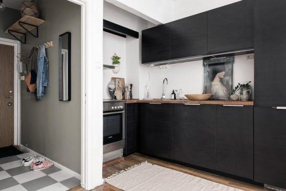 Không gian bếp tách biệt với cửa ra vào bằng một vách ngăn nhỏ.