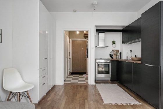 Căn bếp có phần đông phần kệ bếp, tủ bếp được sơn màu đen - hoàn toàn tương phản mang không gian của căn hộ.