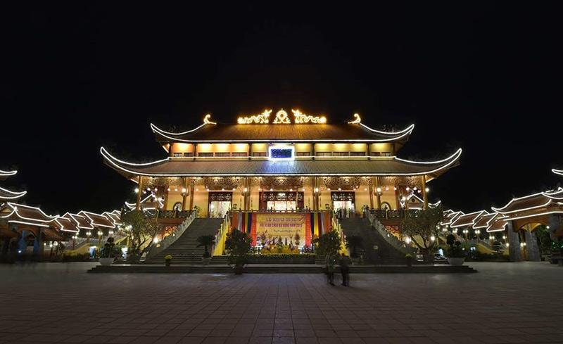 Toà chính điện vào buổi tối