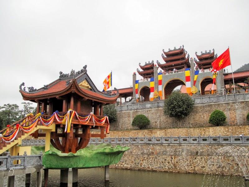 Trước cổng chùa